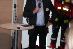 Kenny Reinhold tackar Jonas Bjelfvenstam.