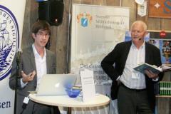 Lennart Fougelberg t.h. presenterade Thomas Taro Lennerfors som berättade om sin bok Att skapa en värld. Foto: Torbjörn Dalnäs