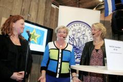 Wista Sweden visar sin jubileumsbok och pratar om sin förening. Foto: Torbjörn Dalnäs