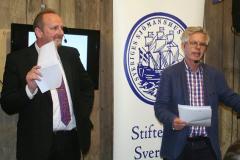 Lennart Johnsson t.h. får Stiftelsens litteraturpris 2013 av Kenny Reinhold, SEKO Sjöfart.