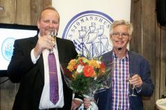 bob-2013-Lennart Johnsson t.h. får Stiftelsens litteraturpris 2013 av Kenny Reinhold, SEKO Sjöfart. Foto: Torbjörn Dalnäs