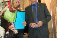 Stiftelsens litteraturpristagare 2017 Linda Sundgren, med ordföranden Christer Themnér.