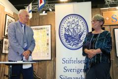 Litteraturpristagaren Eva Johansson och Stiftelsens ordförande Christer Themnér.
