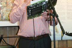 Lennart Fougelberg med boken om Örgryte Torp.